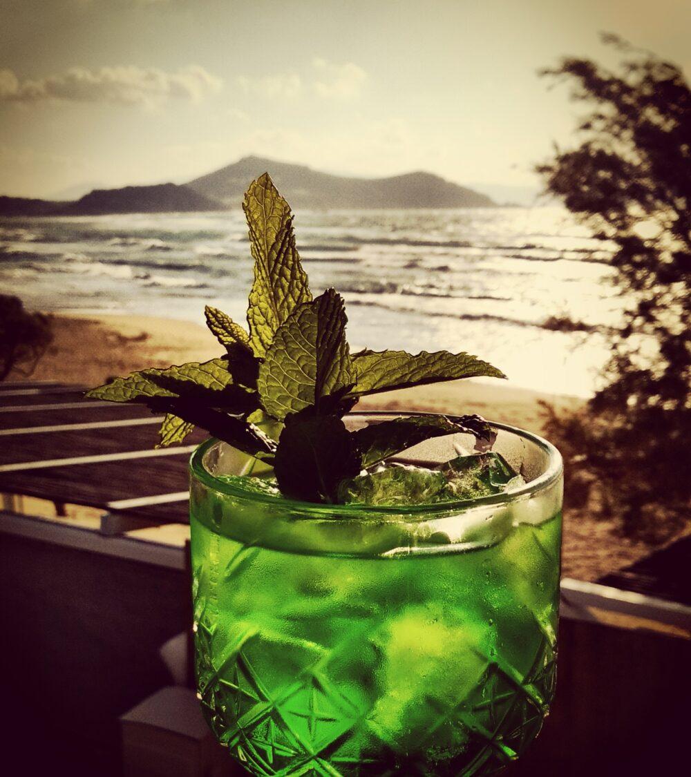 restaurant bar cocktails on the beach flisvos sport club strandbar naxos greece summer 2021