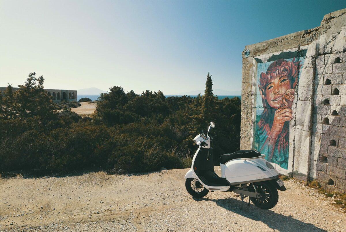 flisvos sport club naxos greece griechenland urlaub ferien sommer griekenland e scooter emobility electric moped kastraki grafiti grafitti wd streetart