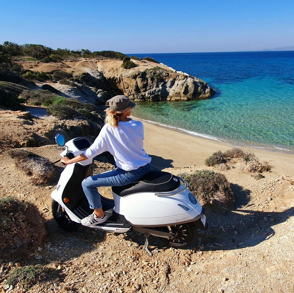 Kumpan e scooter flisvos sport club naxos greece e molibity vakantie griekenland zomer summer island hopping